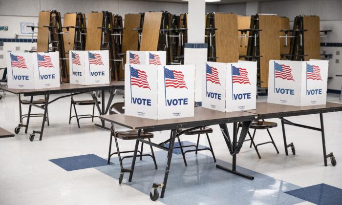 Cabinas de votación en Arlington, Virginia, el 3 de marzo de 2020. (Samuel Corum/Getty Images)