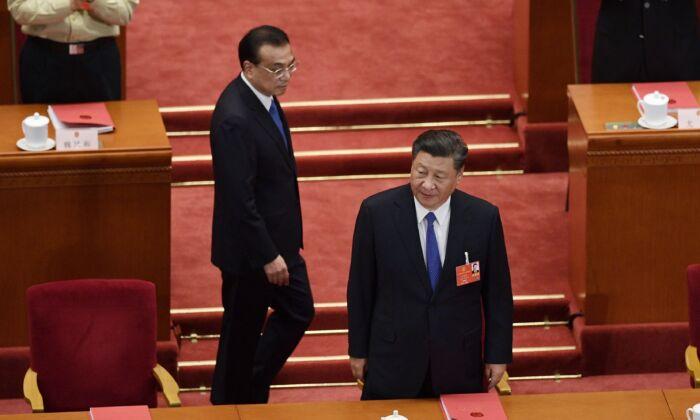 El líder chino Xi Jinping y el primer ministro Li Keqiang llegan a la sesión de clausura de la reunión legislativa títere en el Gran Salón del Pueblo de Beijing, China, el 28 de mayo de 2020. (NICOLAS ASFOURI/AFP vía Getty Images)