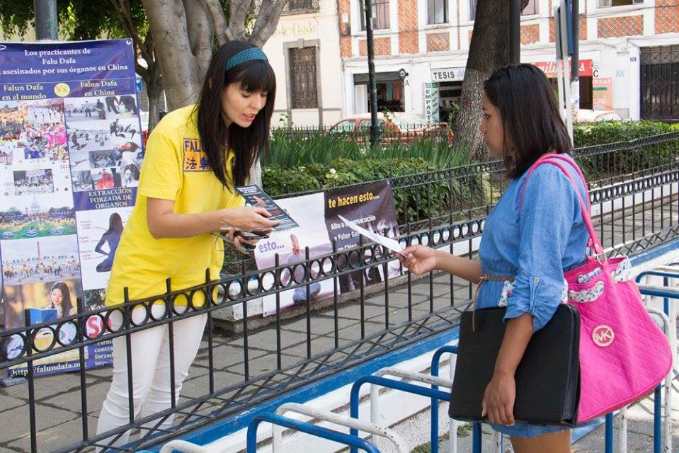 Jeny también informa a la gente sobre la persecución a Falun Dafa en China. (Cortesía de Jennifer Pascual)