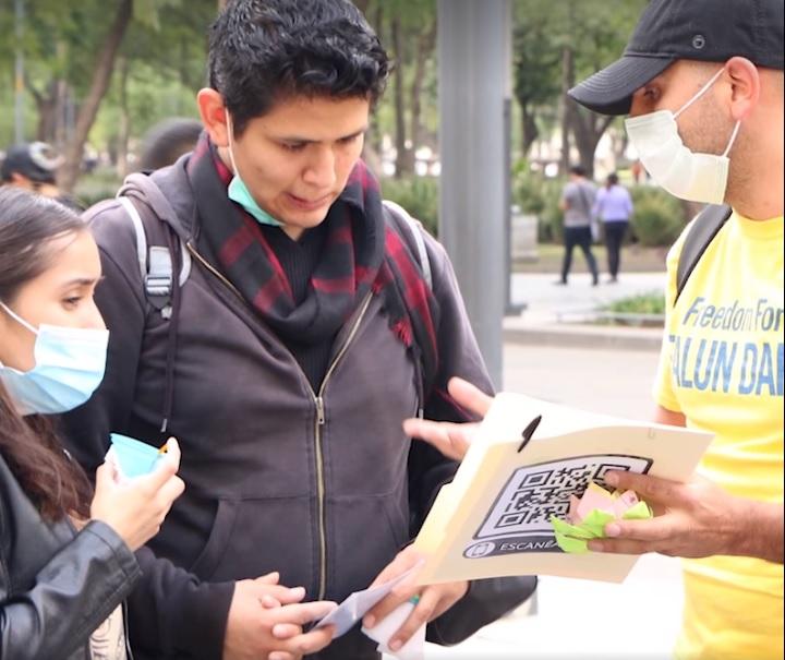 Invitando a las personas a firmar una petición para que pide el fin de la persecución y el rechazo al PCCh, responsable de estos crímenes y violaciones a los derechos humanos. (cortesía Falun Dafa México)