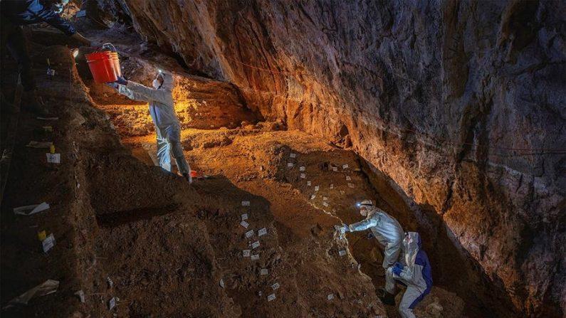 Fotografía cortesía de la Revista Nature, cedida el 22 de julio de 2020, que muestra a expertos investigando la cueva del Chiquihuite en el estado de Zacatecas (México). EFE/Cortesía Devlin A. Gandy/Revista Nature/SOLO USO EDITORIAL