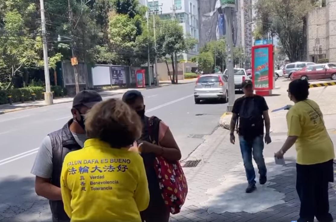 Los practicantes informan a la gente el significado del 20 de julio frente a la embajada de China en México durante los eventos por 21 años de persecución de Falun Dafa a manos del PCCh. (Créditos: Falun Dafa México)