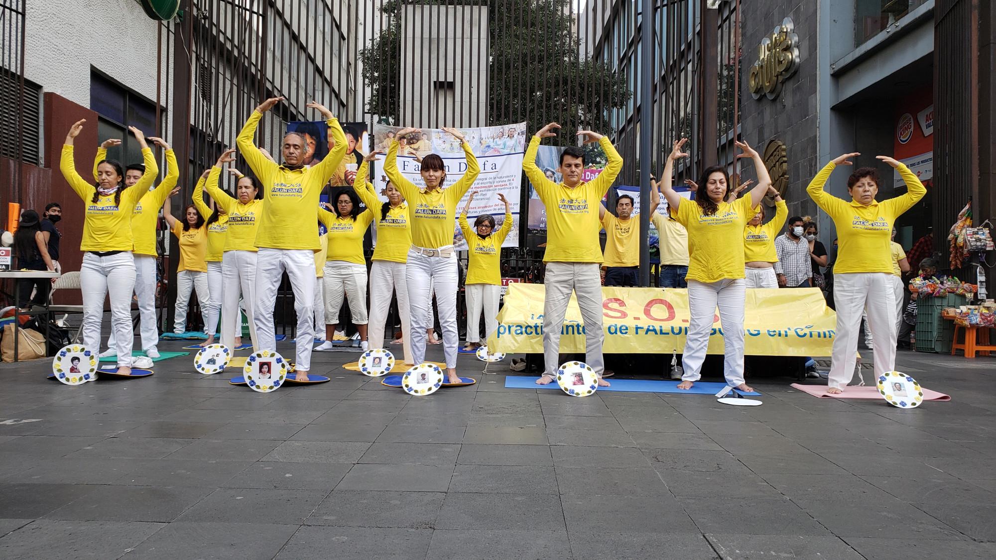 El 18 de julio los practicantes de Falun Dafa de México mostraron los ejercicios de la disciplina en los eventos del 21 aniversario del inicio de la persecución en China. (Cortesía Falun Dafa de México)