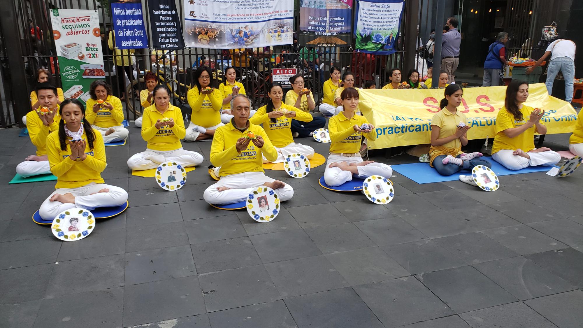 Vigilia en memoria de practicantes fallecidos a causa de la persecución en China. (Cortesía Falun Dafa México)