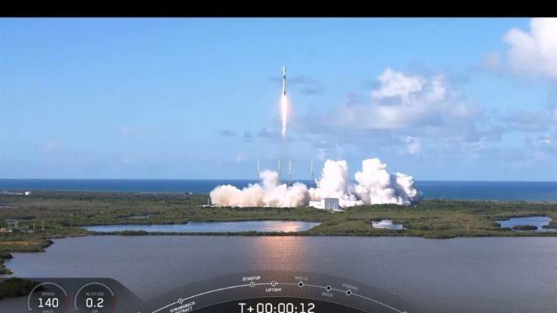USA2963. CABO CAÑAVERAL (ESTADOS UNIDOS), 20/07/2020.- Fotografía cedida este lunes por SpaceX donde se observa el satélite de comunicaciones coreano Anasis 2 dispuesto en lo alto del cohete Falcon 9 en el instante de su lanzamiento, en Cabo Cañaveral, Florida (EE.UU.). EFE/SpaceX