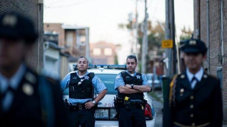Agentes de la policía de Chicago en el parque Blackhawk en Chicago, Illinois. EFE/Lucio Villa/Archivo