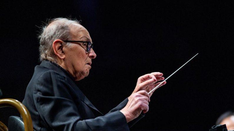 El compositor y director de orquesta italiano Ennio Morricone, durante un concierto ofrecido en el WiZink Center de Madrid en mayo de 2019. (EFE/Rodrigo Jiménez/Archivo)