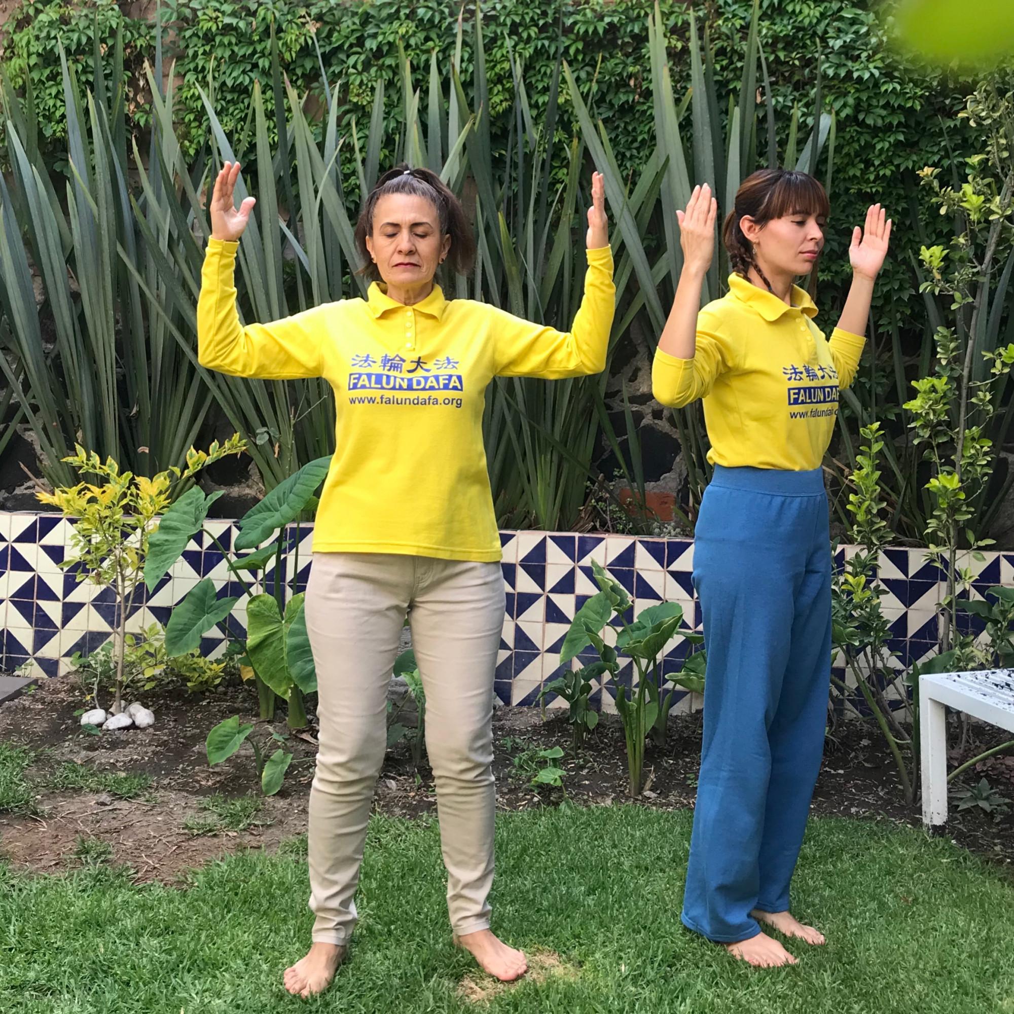 Madre e hija comparten la práctica de Falun Dafa que les ha brindado salud y armonía familiar. (Cortesía: Jennifer Pascual)