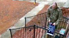 Video conmovedor muestra a soldado doblando una bandera de EE. UU. caída frente a la casa de un extraño