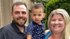 "Mamá afectada tras enfrentar críticas explica por qué usa ""correa de mochila"" para su hijo adoptivo"