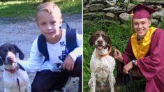 Familia recrea adorable foto de un niño y su perro en 1er grado, ahora en el día de su graduación