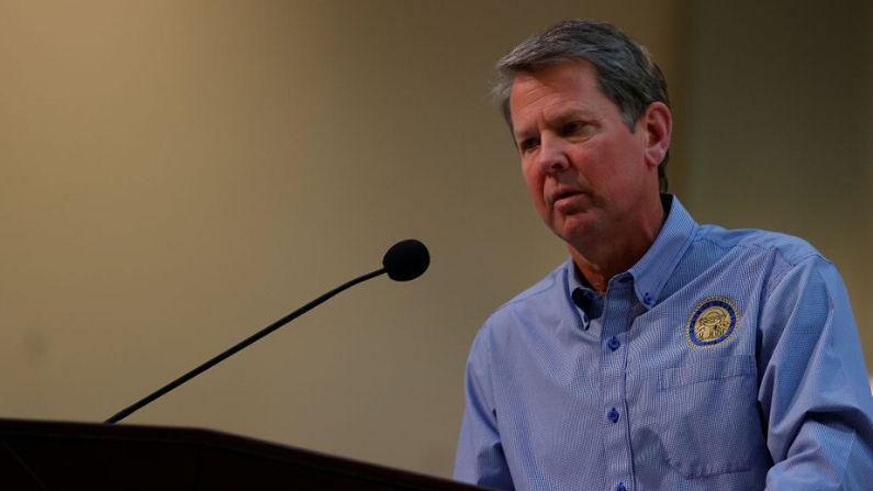 El gobernador de Georgia, Brian Kemp, habla con los medios de comunicación durante una conferencia de prensa en el Capitolio del Estado de Georgia, el 27 de abril de 2020, en Atlanta, Georgia. (Kevin C. Cox/Getty Images)