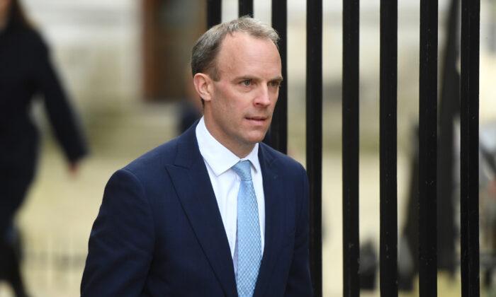 El Secretario de Relaciones Exteriores británico, Dominic Raab, llega al 10 de Downing Street en Londres, Reino Unido, el 6 de abril de 2020. (Peter Summers/Getty Images)