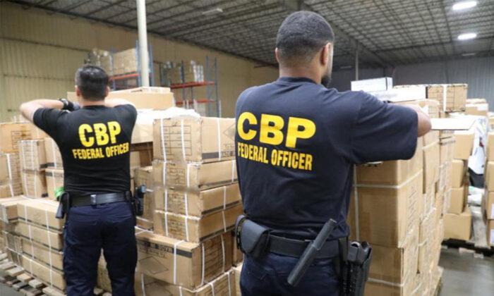 Los oficiales de Aduanas y Protección Fronteriza de EE.UU. (CBP) inspeccionan el envío de productos para el cabello procedentes de China en el puerto de Nueva York/Newark el 1 de julio de 2020. (CBP)