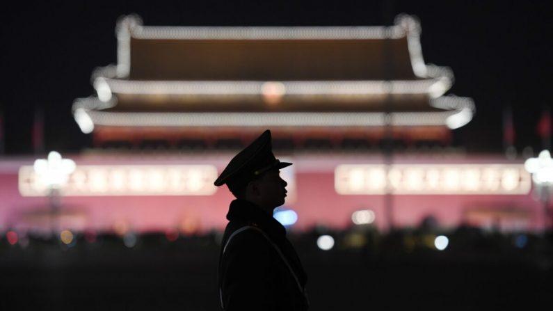 Un oficial de policía paramilitar hace guardia en la Plaza Tiananmen después de una sesión plenaria del Congreso Nacional del Pueblo en el Gran Salón del Pueblo adyacente en Beijing el 11 de marzo de 2018. (Greg Baker/AFP vía Getty Images)