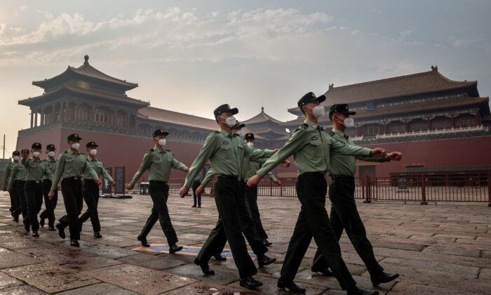 Soldados del Ejército Popular de Liberación (EPL) marchan junto a la entrada de la Ciudad Prohibida durante la ceremonia de apertura de la Conferencia Consultiva Política del Pueblo Chino (CPPCC) en Beijing el 21 de mayo de 2020. (Nicolas Asfouri/AFP vía Getty Images)