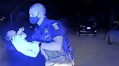 Policía de Michigan realiza maniobras a bebé de 3 semanas que se está asfixiando y le salva la vida