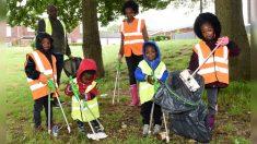Pareja enseña a sus hijos a mantener limpio el medio ambiente llevándolos a recoger basura en días libres