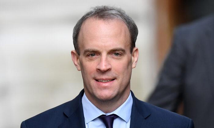 El secretario de Relaciones Exteriores, Dominic Raab, llega a 10 Downing Street para la reunión del comité C-19 en Londres, Inglaterra, el 8 de abril de 2020. (Peter Summers/Getty Images)