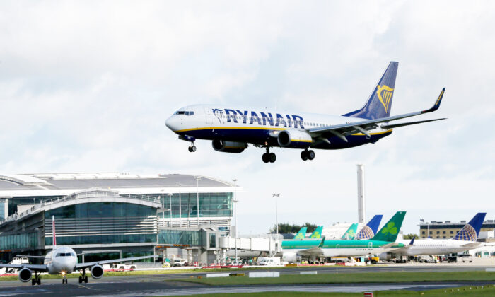 Un avión de Ryanair aterriza en el aeropuerto de Dublín, Irlanda. (Paul Faith/AFP vía Getty Images)