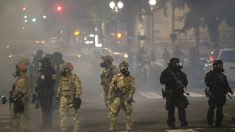 """Policías """"podrían no recuperar la visión"""" tras ataques con láser por alborotadores de Portland"""