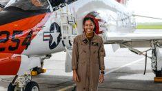 Primera mujer negra que se gradúa como piloto de combate de la Marina, lista para recibir sus alas de oro