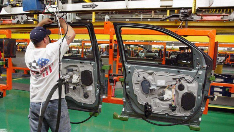Un trabajador ensambla puertas de coches en la planta de montaje de Ford en Chicago, el 10 de agosto de 2004, en Chicago, Illinois. (Tim Boyle/Getty Images)