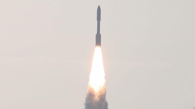 Un cohete Atlas V con el rover Perseverance despega del Complejo de Lanzamiento 41 en la Estación de la Fuerza Aérea de Cabo Cañaveral en Florida (EE.UU.) el 30 de julio de 2020. (Foto de GREGG NEWTON/AFP vía Getty Images)