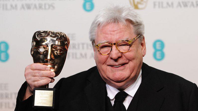 El director de cine británico Alan Parker, ganador del premio Fellowship, posa en la sala de prensa de los Premios de la Academia Británica de Cine de EE.UU. en la Royal Opera House el 10 de febrero de 2013 en Londres, Inglaterra. (Foto de Stuart Wilson/Getty Images)