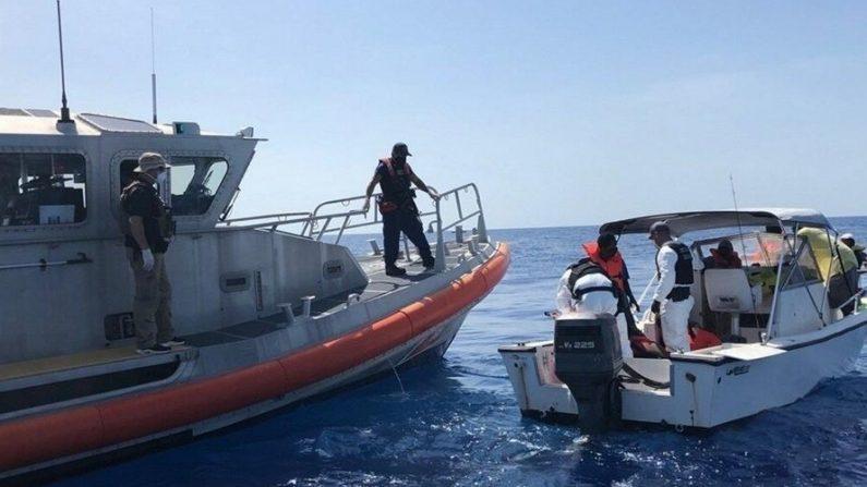 Fotografía cedida el 6 de julio de 2020 por la Guardia Costera estadounidense en la que se registró la interceptación de una pequeña embarcación en el que viajaban 14 inmigrantes ilegales haitianos, a 26 millas (42 kilómetros) al este de la ciudad de St. Lucie (Florida, EE.UU.). EFE/Guardia Costera EE.UU.