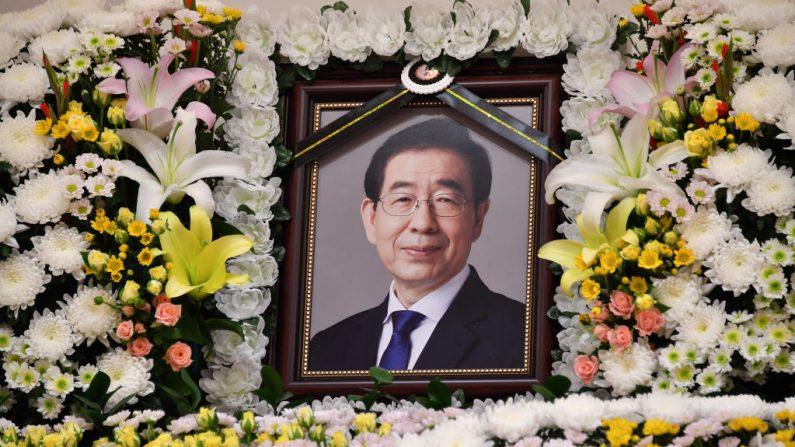 Un altar conmemorativo del alcalde de Seúl, Park Won-soon, se ve en el Hospital Universitario Nacional de Seúl el 10 de julio de 2020 en Seúl, Corea del Sur. (Foto del Gobierno Metropolitano de Seúl vía Getty Images)