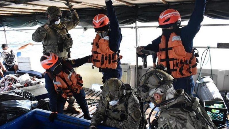 Fotografía cedida el 1 de julio de 2020 por la Guardia Costera de Estados Unidos donde aparecen varios de sus miembros (abajo) mientras inspeccionan un navío en que decomisaron un alijo de aproximadamente 1500 paquetes de cocaína el pasado 8 de junio en Panamá. EFE/Brandon Murray /Guardia Costera de Estados Unidos