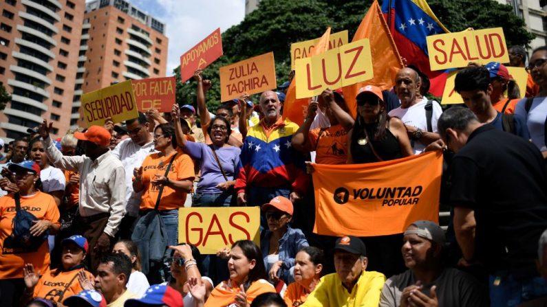 Manifestantes de la oposición venezolana protestan por la falta de electricidad, gasolina, agua y gas en el estado Zulia y contra el líder Nicolás Maduro, en Caracas (Venezuela) el 24 de octubre de 2019. (Foto de FEDERICO PARRA/AFP vía Getty Images)