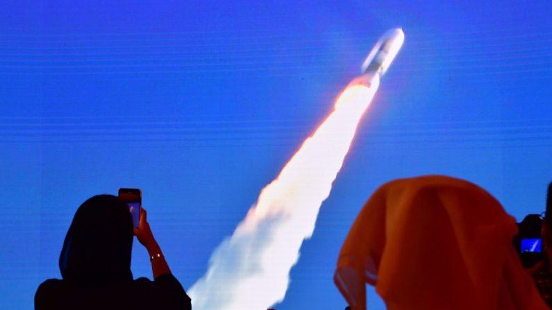 """Una imagen tomada el 19 de julio de 2020, muestra una pantalla que transmite el lanzamiento de la sonda Marte """"Hope"""" en el Centro Espacial Mohammed Bin Rashid en Dubái (los Emiratos Árabes Unidos). (Foto de GIUSEPPE CACACE/AFP vía Getty Images)"""