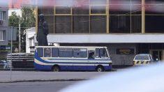 Un hombre con explosivos secuestra autobús con unas 20 personas en Ucrania