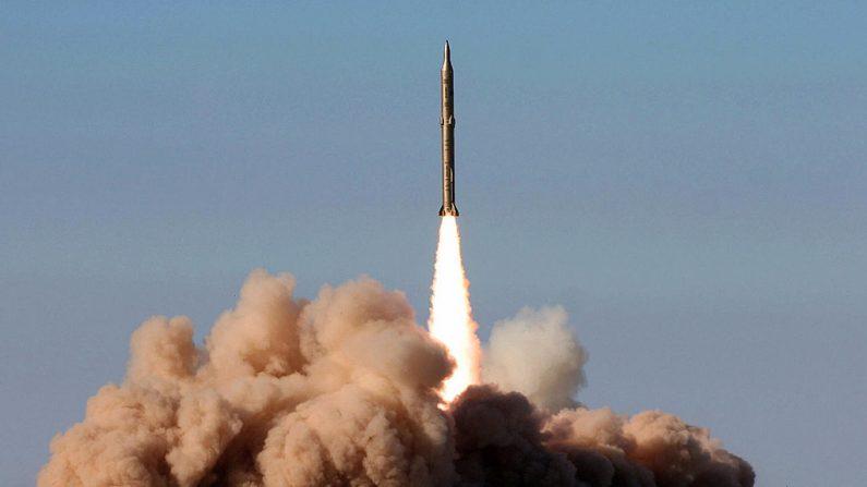 Lanzamiento de un misil Sajil tierra-tierra iraní en un lugar no revelado de Irán el 12 de noviembre de 2008. (AFP vía Getty Images)