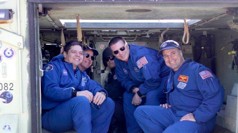 El jefe de la misión STS-130, George Zamka (d), el piloto Terri Virts y los especialistas de Misión Steve Robinson y Bob Behnken posan para una foto dentro del tanque de escape M-113 en el Centro Espacial Kennedy en Cabo Cañaveral, Florida, Estados Unidos. EFE/Gary I Rothstein/Archivo