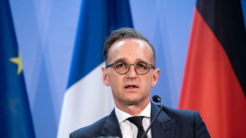 El ministro de Asuntos Exteriores alemán Heiko Maas habla con los medios de comunicación con el ministro de Asuntos Exteriores francés Jean-Yves Le Drian (no aparece en la foto) en Berlín el 19 de junio de 2020. (Bernd von Jutrczenka/Pool/Getty Images)