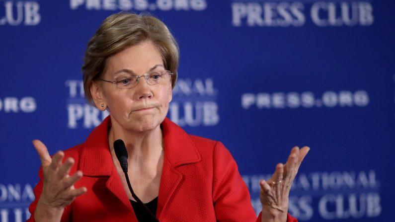 La senadora Elizabeth Warren (D-Mass.) habla en el National Press Club en Washington el 21 de agosto de 2018. (Win McNamee/Getty Images)