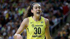 Algunos equipos de la WNBA salen de la cancha durante el himno nacional en el inicio de la temporada
