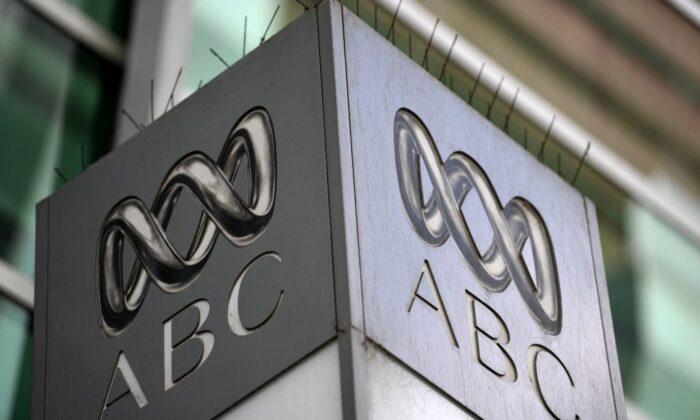 El logotipo de la emisora pública australiana ABC se ve en el edificio de su sede en Sydney el 27 de septiembre de 2018. (Saeed Khan/Getty Images)