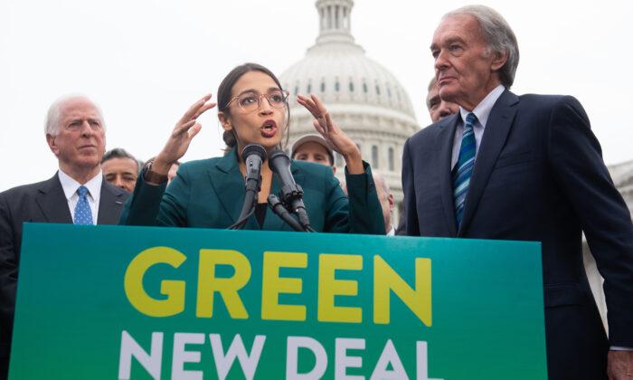 La representante Alexandria Ocasio-Cortez (D-N.Y.) y el senador Ed Markey (D-Mass.) (derecha) durante una conferencia de prensa para anunciar el Green New Deal fuera del Capitolio de EE.UU. en Washington, D.C., el 7 de febrero de 2019. (Saul Loeb/AFP via Getty Images)