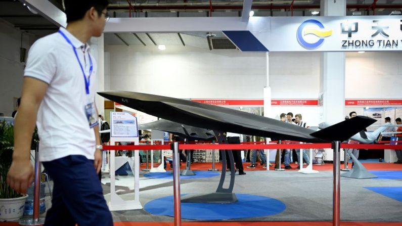 Un modelo de un avión no tripulado FL-71 se muestra en la exposición de Equipo de Información y Tecnología de Defensa de China en Beijing el 18 de junio de 2019. (Wang Zhao/AFP vía Getty Images)