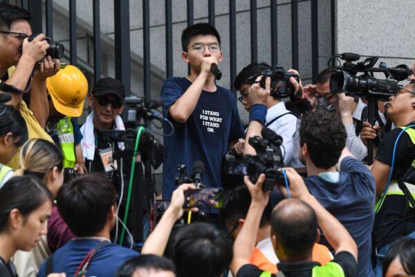 Joshua Wong habla con manifestantes fuera de la sede de la policía en Hong Kong el 21 de junio de 2019. (Anthony Wallace/AFP vía Getty Images)