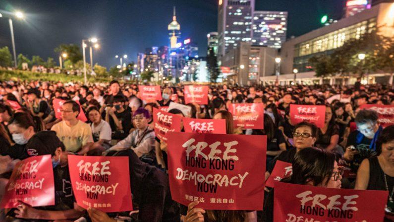 Los manifestantes sostienen pancartas mientras participan en una protesta el 26 de junio de 2019. Imagen de archivo (Anthony Kwan/Getty Images)