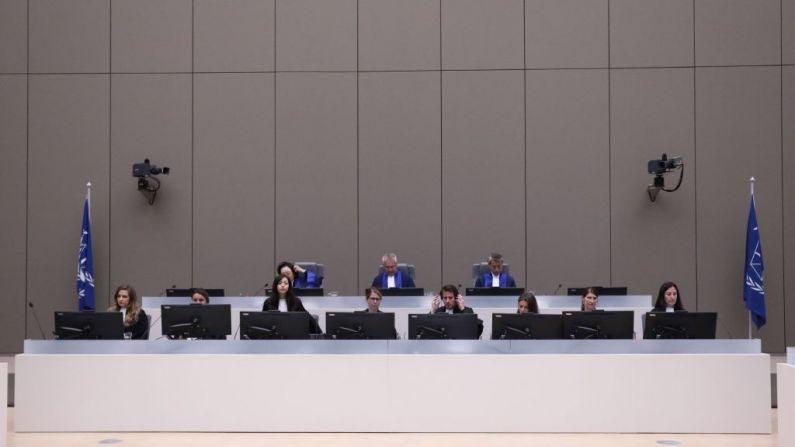 Jueces de la Corte Penal Internacional (CPI) se reúne durante las declaraciones finales de un juicio llevado a cabo en La Haya, Países Bajos, el 8 de julio de 2019. (EVA PLEVIER/AFP a través de Getty Images)