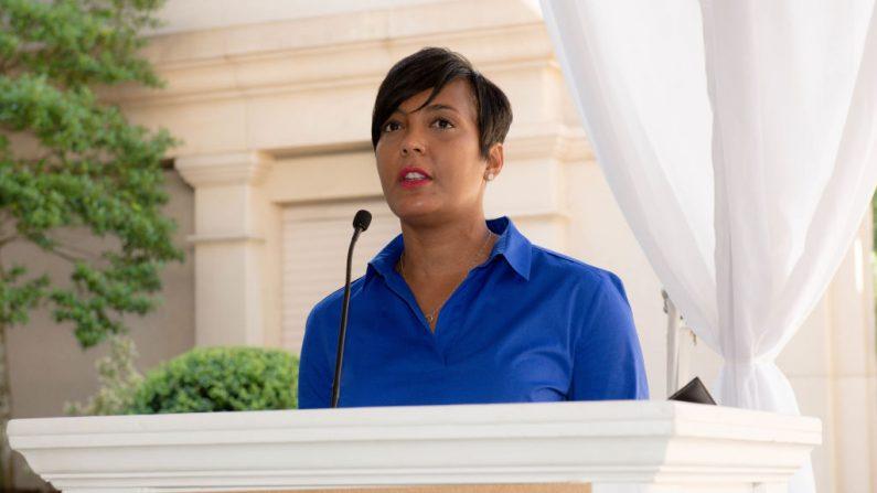 La alcaldesa Keisha Lance Bottoms habla en el escenario el 17 de junio de 2019 en Atlanta, Georgia. (Marcus Ingram/Getty Images para City of Hope)
