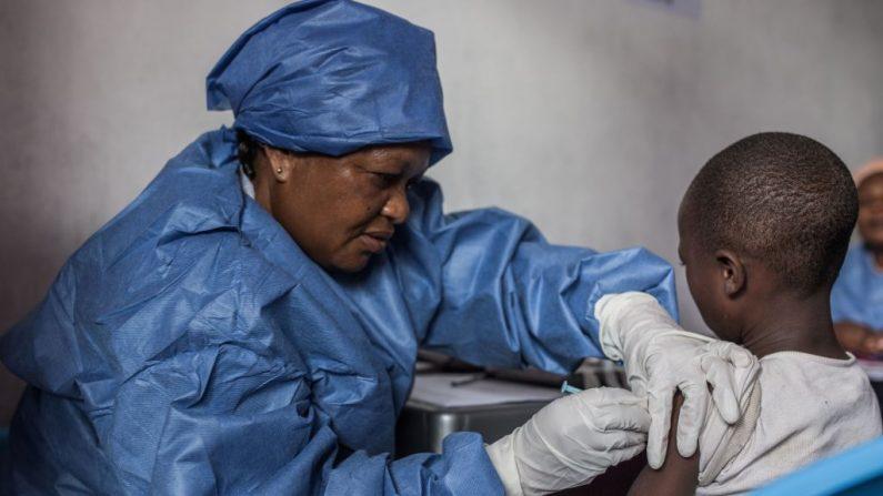Una niña recibe una vacuna contra el ébola el 22 de noviembre de 2019 en Goma (RD Congo). (Foto de PAMELA TULIZO/AFP vía Getty Images)