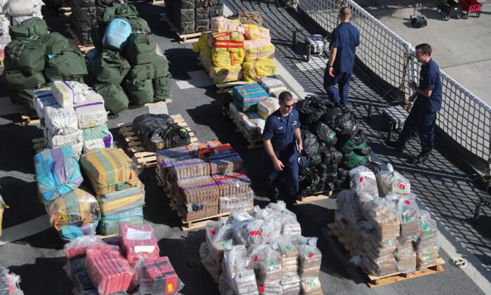 Un miembro de la Guardia Costera, Cutter James, en el puerto con paquetes de unas 27,300 libras de cocaína y 11,000 libras de marihuana se preparan para enviar a Port Everglades en Fort Lauderdale, Florida, el 28 de octubre de 2019. (Joe Raedle/Getty Images)