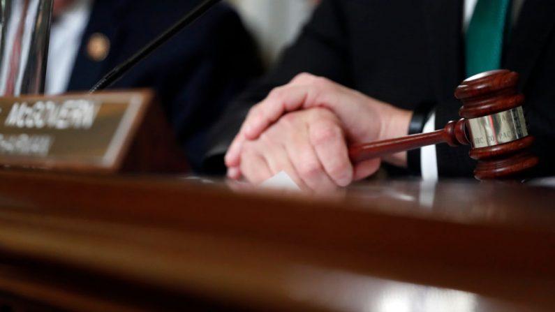 Un juez sosteniendo un mazo, foto tomada el 17 de diciembre de 2019 en Washington, DC. (Foto de Andrew Harnik-Pool/Getty Images)